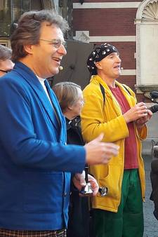 Ernst en Bobbie vestigen op het Domplein het record klokluiden