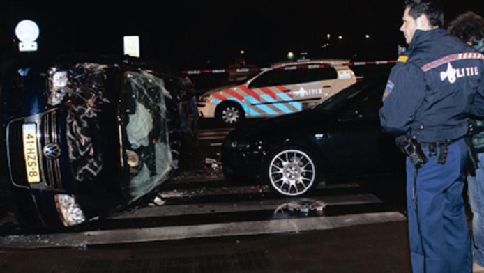 De auto van oudpremier Ruud Lubbers ligt op zijn kant op de weg. Rechts de Seat die net op tijd kon stoppen