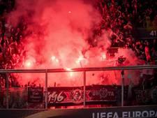Arena blauw van de rook door misdragende fans Standard