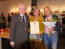 Jacqueline Konings krijgt erespeld voor inzet Dorpsraad Molenhoek