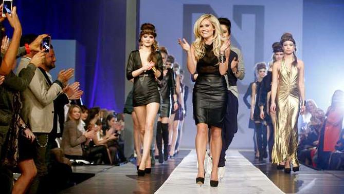 Nikkie Plessen neemt het applaus in ontvangst na de NIKKIE Fashion Show