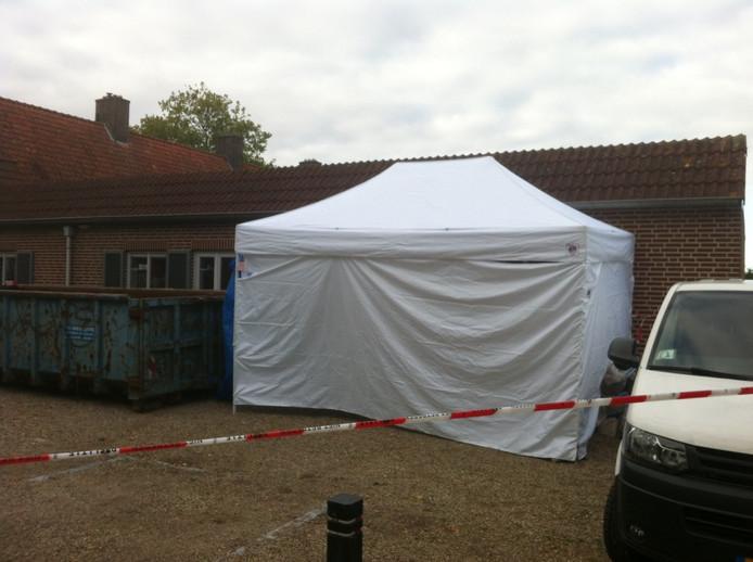 Onderzoekers hebben een witte tent bij de kapsalon in Cuijk geplaatst.