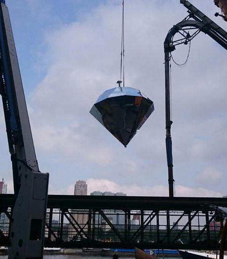 Reuzendiamant op zijn plek in Rotterdamse Maashaven