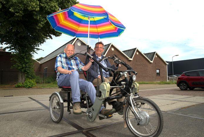 Jan Hollander (links) en Joop Wikkerink op de duofiets.