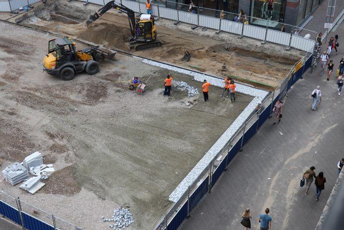 Eerste stenen voor mozaïek op Vredenburgplein in Utrecht.