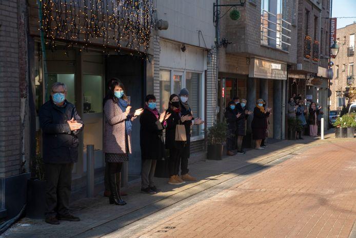 De handelaars van de Stationsstraat bewijzen Reine De Coninck een laatste eer met applaus wanneer de rouwstoet passeert.
