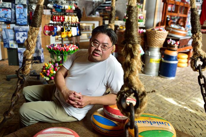 Loempiaverkoper Kim Liem heeft geen idee hoe het verder moet. ,,Dat het na 25 jaar zo eindigt, vind ik heel erg.''