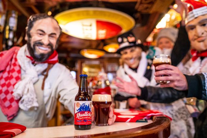 Dweilband Leutig Spul bestaat komende vastenavend 2x11 jaar en brengt in het kader daarvan het eerste Bergse vastenavendbier 'Spulleke' op de markt.