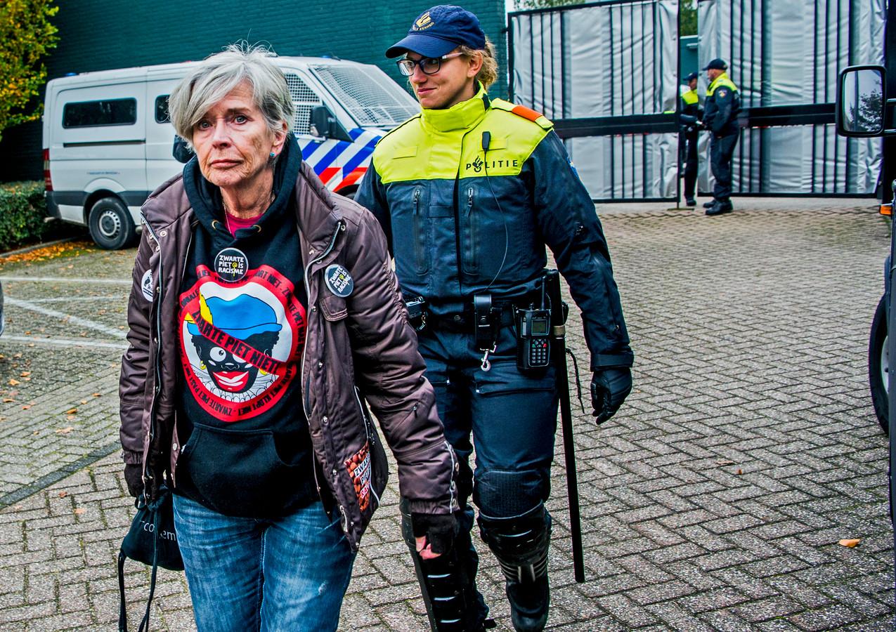 Een anti-piet demonstrant na haar arrestatie in Rotterdam in 2017, de arrestanten werden daarna naar het politiebureau in Maassluis gebracht.