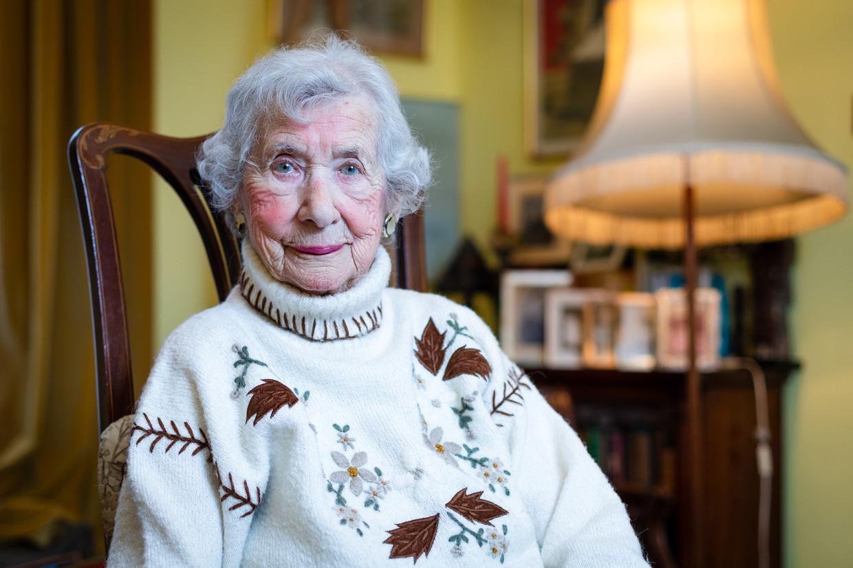 Selma van de Perre in haar huis in Londen. Na het overlijden van haar man werd ze Brits staatsburger.  Beeld EPA/Vickie Flores