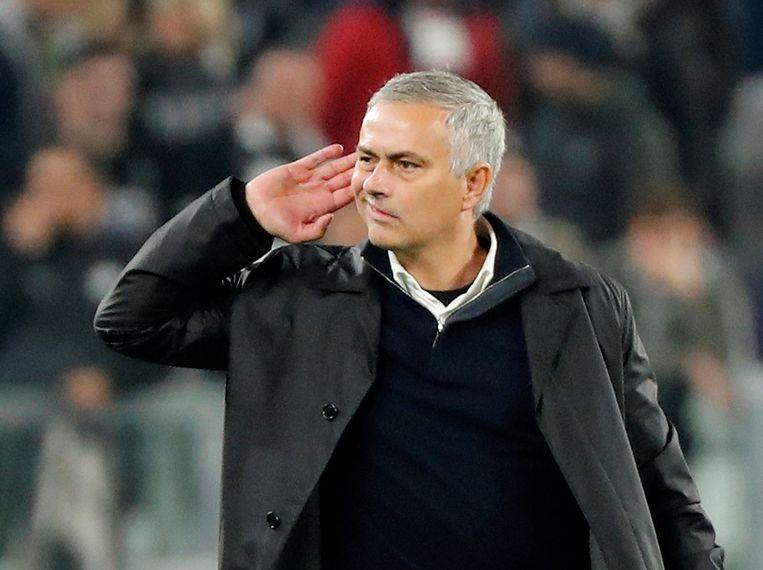 Mourinho ging na de wedstrijd ostentatief verhaal halen bij de fans van Juventus, die hem de hele wedstrijd op de korrel hadden genomen.