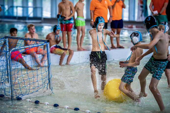 Kinderen die meedoen aan voorrronde NK-watervoetbal in Alphen.