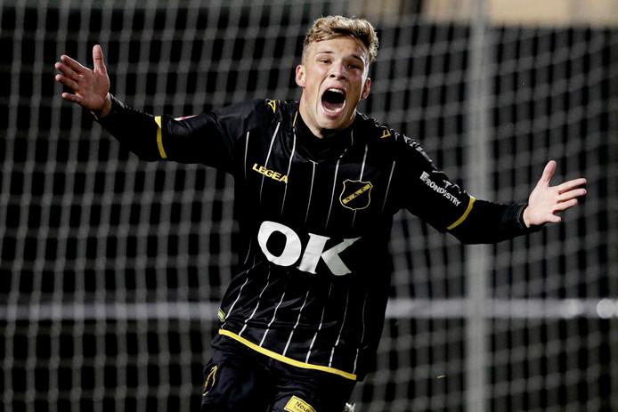 Sydney van Hooijdonk viert zijn eerste doelpunt tegen Jong AZ