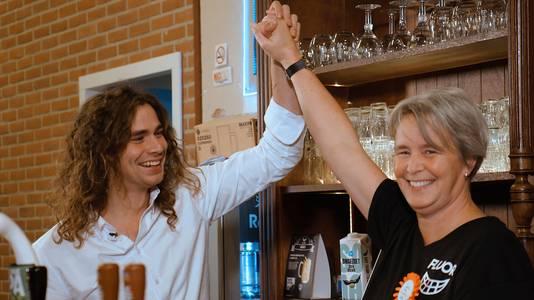 Lucas Hamming feliciteert een Clubheld