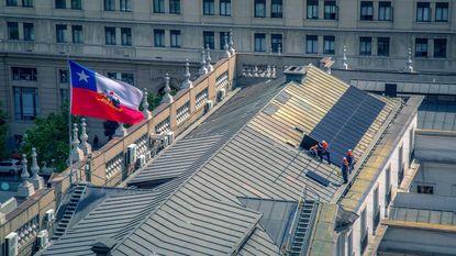 West-Vlamingen plaatsen zonnepanelen op Chileens paleis