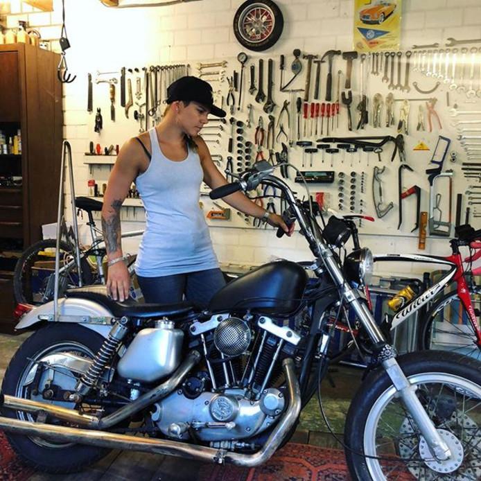 Cheryl Maas en haar motor