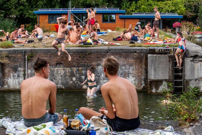 Drukte op en rond het water aan de Kanaalweg en Muntkade, afgelopen weekeinde in Utrecht.