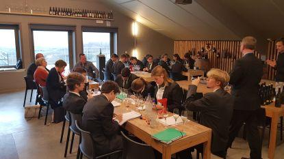 """Toekomstige sommeliers leren de kneepjes van het vak op domein Entre-Deux-Monts: """"Wijn maken is meer dan druiven persen"""""""