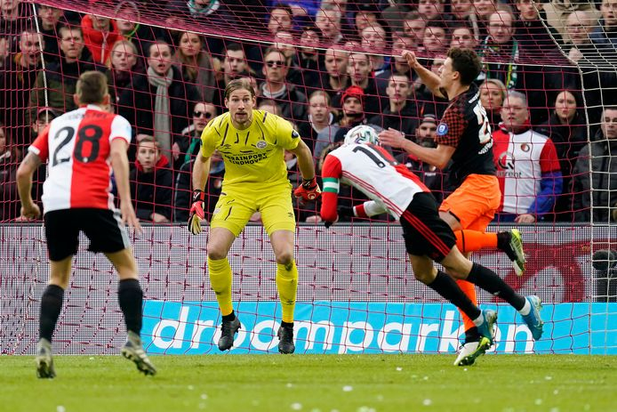 Steven Berghuis kopt de bal langs Lars Unnerstall.