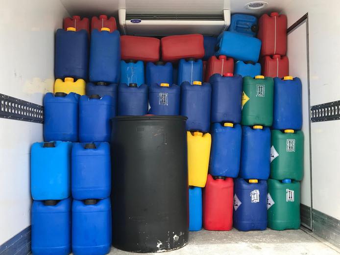 Er werden onder meer duizenden liters grondstof voor de productie van drugs aangetroffen in Zaltbommel.
