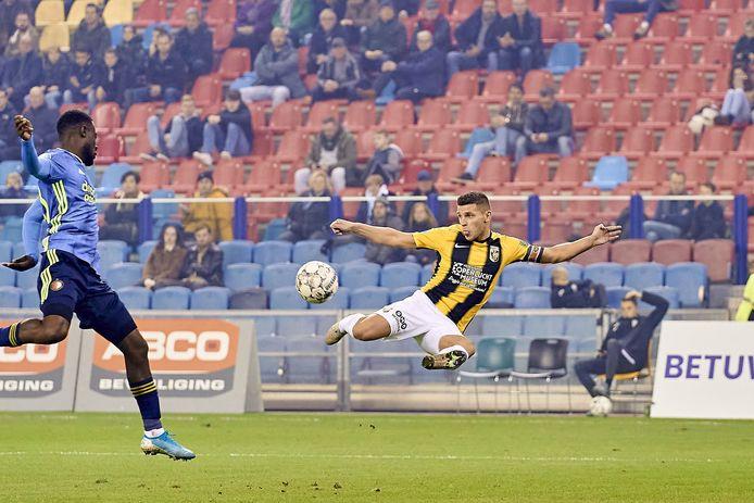 Bryan Linssen in actie tegen Feyenoord.