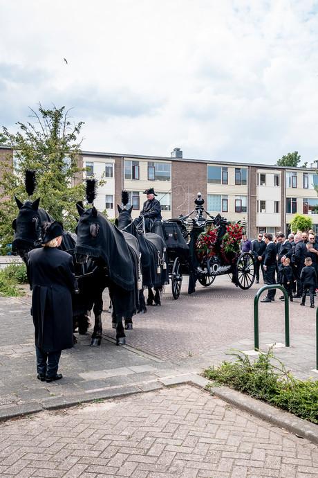 Kobus de Zigeuner met zwarte paarden naar laatste rustplaats gebracht