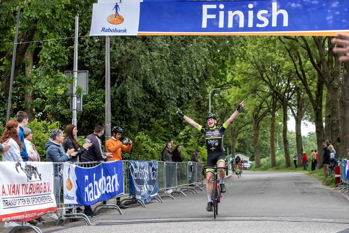 Moederziel alleen komt Kevin Reuvers uit Zevenbergen aan op de finishstreep in Nieuw Vossemeer.