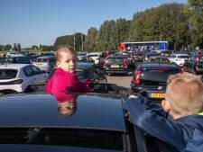 Zingen en bidden vanuit de auto bij drive-in kerkdienst: 'Moet je zien wat een rij'