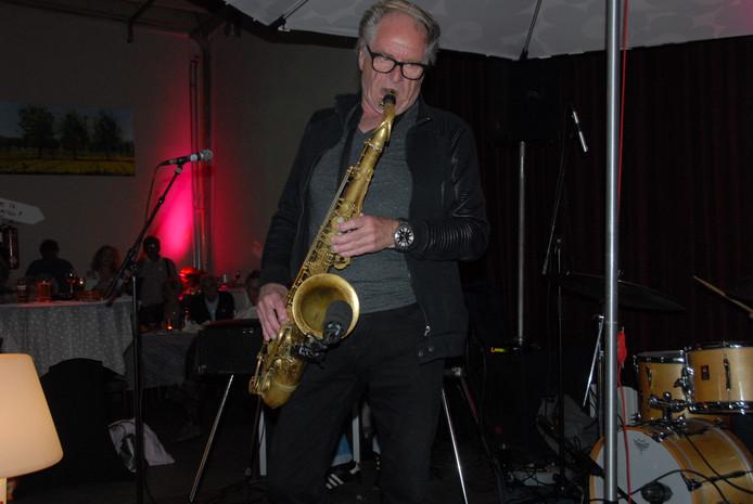 Hans Dulfer, met 76 jaar als jonge hond op de sax.