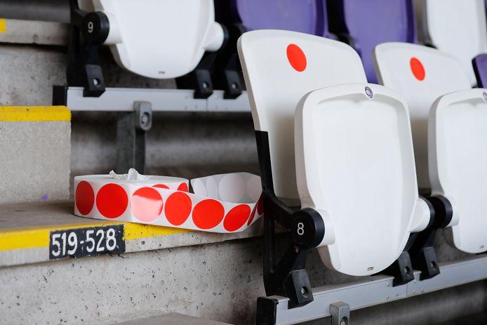 Rode bollen op de verboden zitjes.