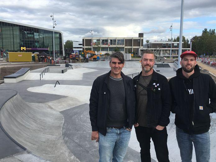 De bouwers van de skatebaan, met vlnr: Marko Matic en Tjeerd Derkink van SkateLAB en Jeroen van Egmond van skatebaanbouwer Nine Yards. Foto: Esther Rouwenhorst