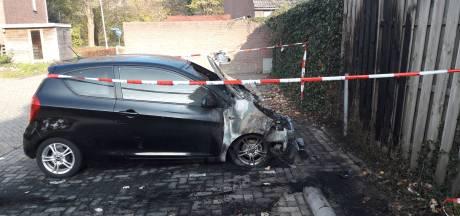 Edese politie alert na twee autobranden, vernieling en schuurbrand in Maandereng