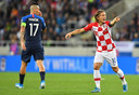 Kroatië-aanvoerder Luka Modric (rechts) en Slowakije-captain Marek Hamsik..