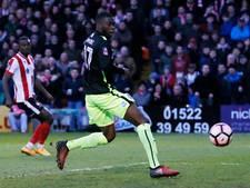 Speler maakt eigen goal vanaf de middenlijn