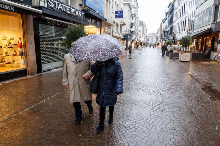 Nu is een paraplu onontbeerlijk, maar in 2018 komen hier luifels die 2,4 meter over straat hangen.