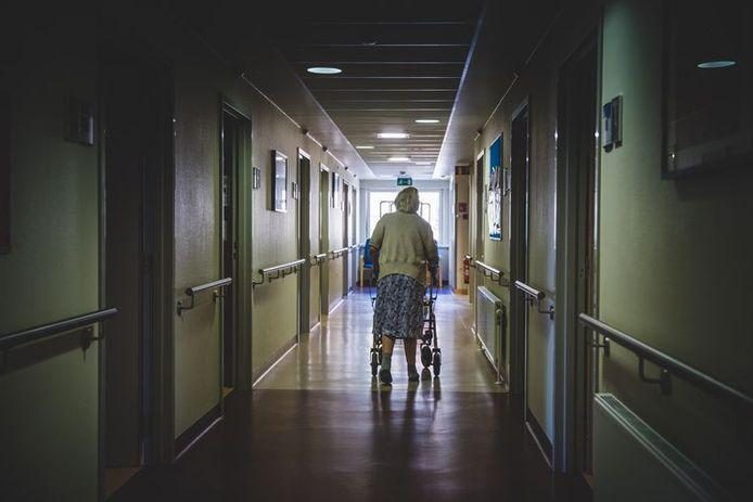Pour les résidents de maisons de repos, qui présentent de la démence et des problèmes physiques qui les affaiblissent au point qu'un décès dans l'année est envisagé, il est demandé de réfléchir avec la famille.