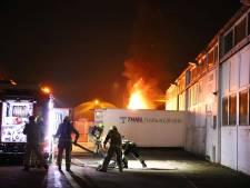 Vrachtwagen brandt, bedrijfsgebouw ernaast ontruimd