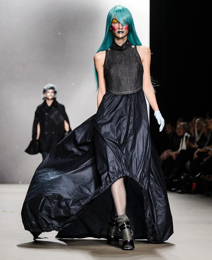 Een model in een creatie van G-star op de catwalk tijdens de openingsavond van de Amsterdam Fashion Week.