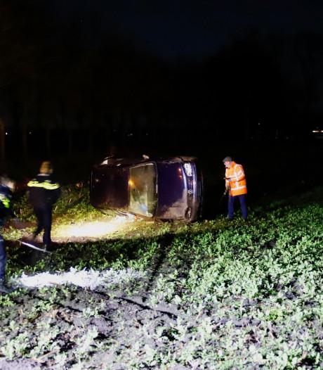 Automobilist gaat ervandoor nadat hij met zijn auto in het weiland belandt in Westerbeek
