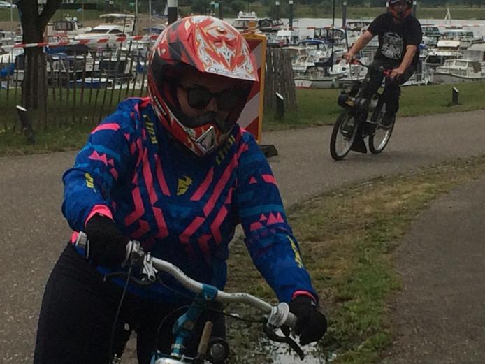 Een van de deelnemende 'Aloha Bitches' tijdens de solexrace aan de Lithse Ham.