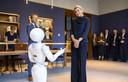 Koningin Maxima met de interactieve robot Leolani tijdens een werkbezoek aan de Koninklijke Nederlandse Akademie van Wetenschappen (KNAW).