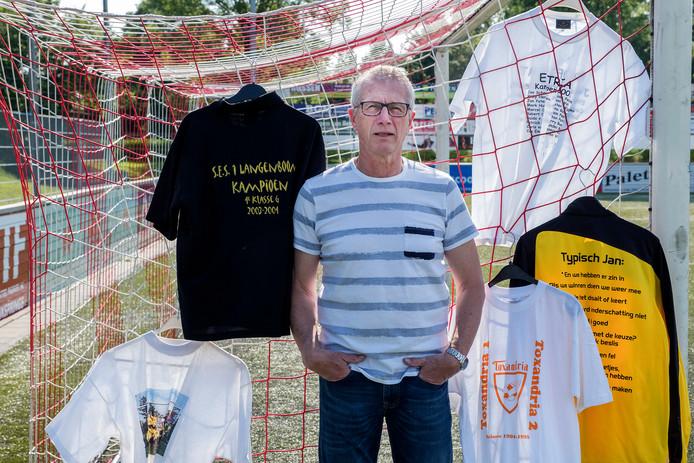 Jan Schaap op het veld van JVC Cuijk (zíjn club), omringd door kampioens- en afscheidsshirt van zijn vroegere clubs.