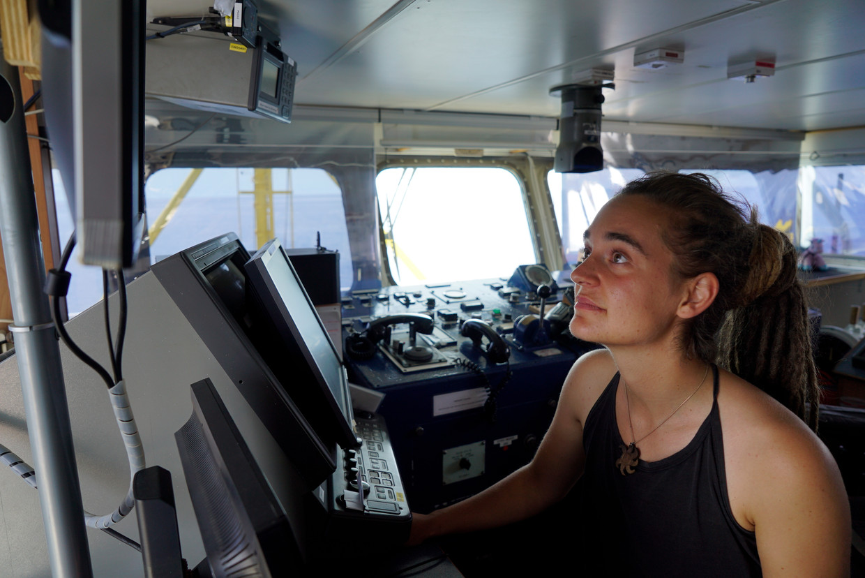 Kapitein Carola Rackete aan boord van de Sea-Watch 3, op 20 juni. Beeld EPA