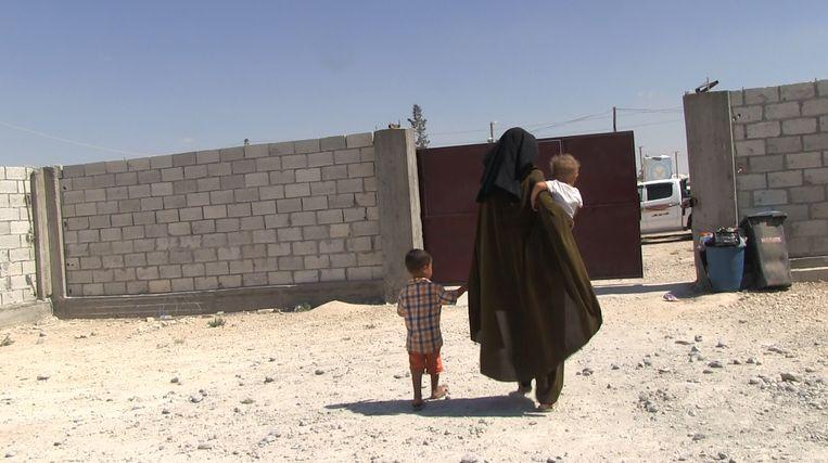 Krista met de twee jongste kinderen,  bij kamp Al Hol. Beeld Hans Jaap Melissen