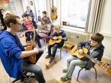 Wies zet toon met haar gitaar op open dag Cultuurplein in Almelo