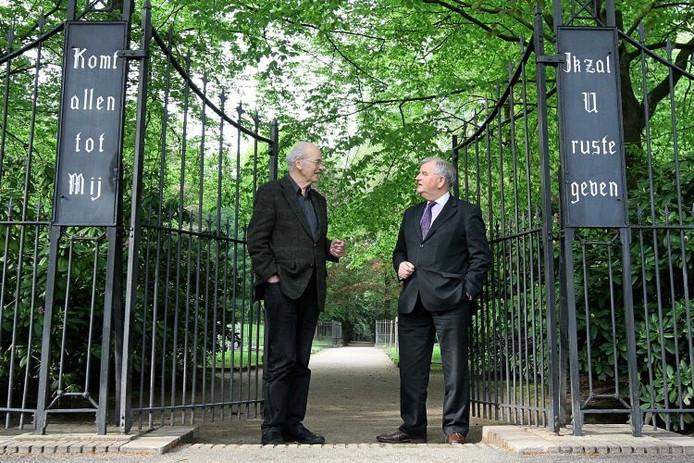 Bart Hartelman (links) van het Comité 4 Mei Vorden en burgemeester Henk Aalderink van de gemeente Bronckhorst bij de ingang van de algemene begraafplaats in Vorden. foto Jan Houwers