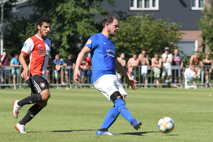 Feyenoorder Yassin Ayoub jaagt op Sander Duits, die afscheid nam bij SDC Putten.