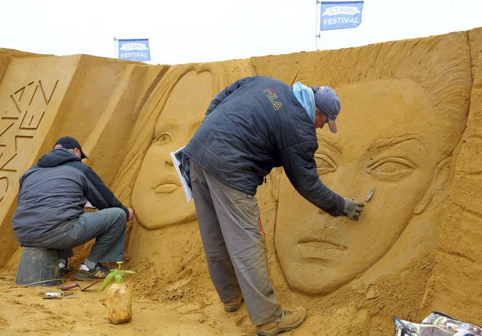 Twee Russische artiesten leggen de laatste hand aan hun portretten.
