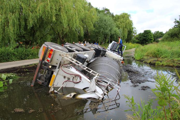 Een cementwagen is in het water terechtgekomen.