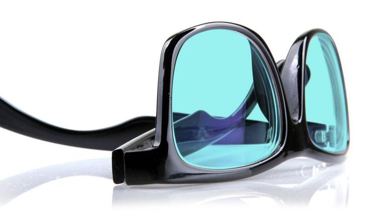 De bril met gekleurde glazen van Xlens. Beeld Xlens
